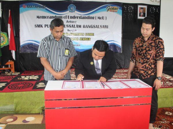 Penandatanganan Nota Kesepahaman (MoU) antara SMK Plus Darussalam dengan IDUKA